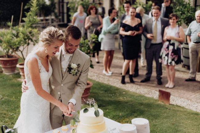 Aansnijden bruidstaart buiten
