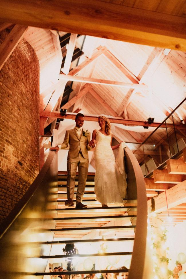 Presentatie bruidspaar trap