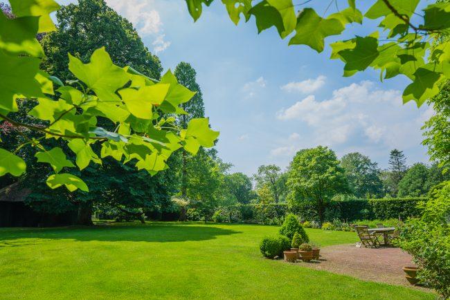 Trouwen in tuin van landgoed