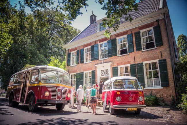 Vintage bus trouwvervoer