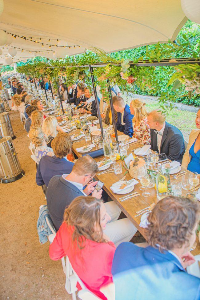 Trouwdiner aan lange tafel