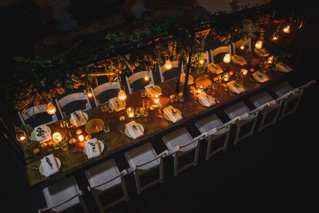 Sfeervolle dinertafel bruiloft