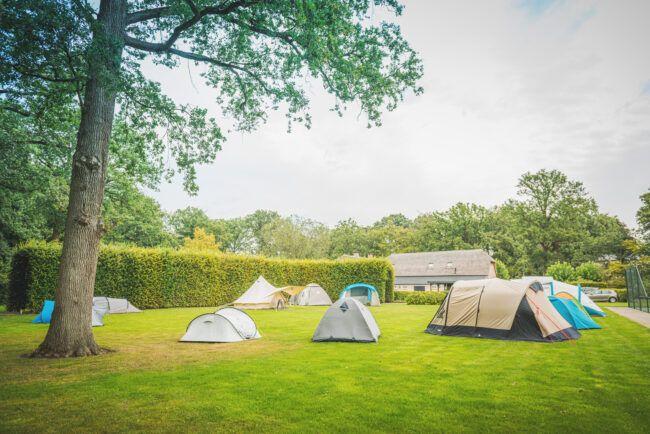 Camping bij eigen tuinbruiloft