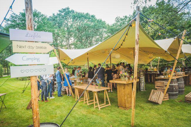 Festival bruiloft in eigen tuin